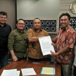 Penandatangan surat penerimaan fasilitas proyek palapa ring tengah